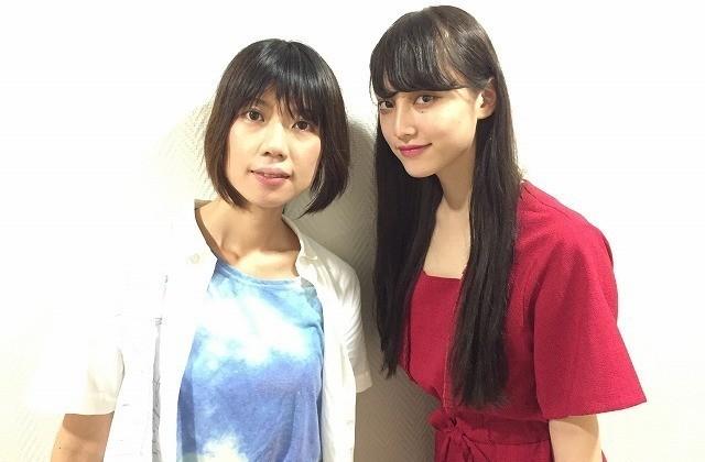 映画初主演の山田愛奈(右)と加藤綾佳監督