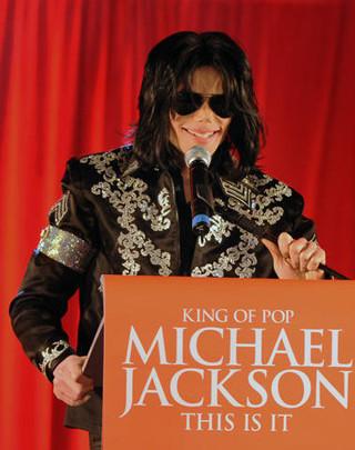 マイケル・ジャクソンさん、娘パリスのセルフィーに出現!?