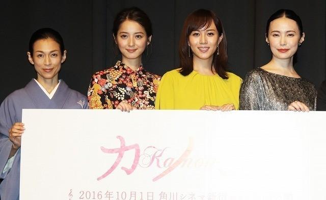 舞台挨拶に立った(左から)鈴木保奈美、 佐々木希、比嘉愛未、ミムラ