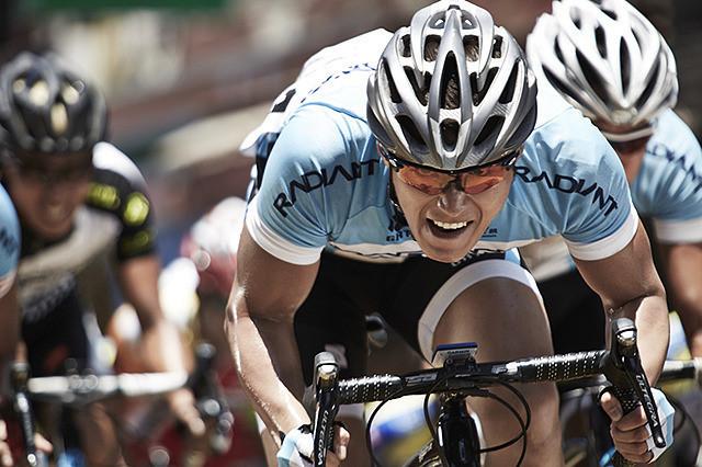 プロの自転車ロードレーサーたちのドラマを描く