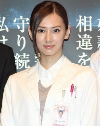 白衣姿で登場した北川景子