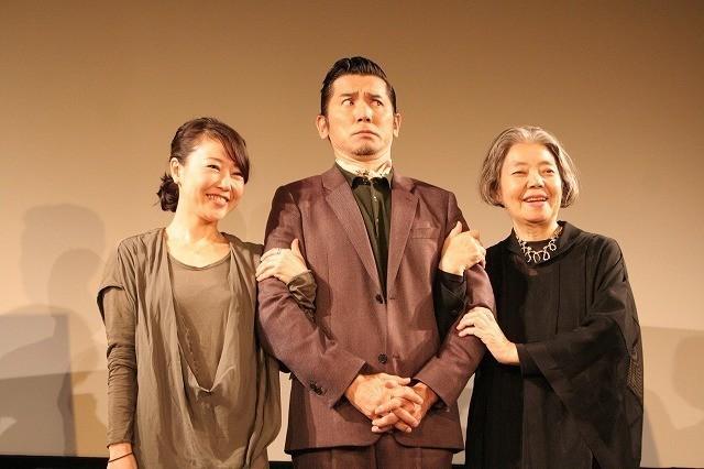 義母と西川監督との腕組みショットにおどける本木雅弘