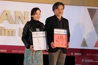 黒沢清、釜山映画祭で日本人監督5人目となる手形の栄誉!「自分にとっての新しい一歩」