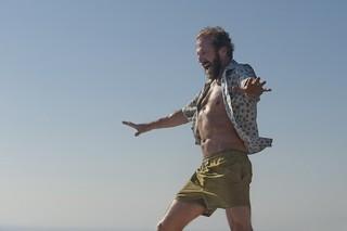 レイフ・ファインズ、ストーンズで踊り狂う!「胸騒ぎのシチリア」本編映像公開