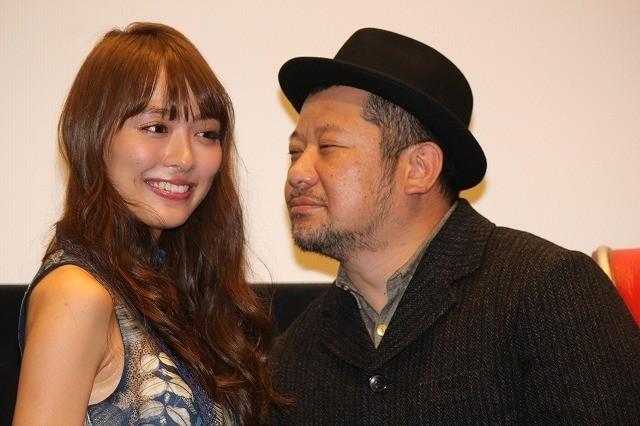 ケンコバ、内田理央にセクハラ!? 顔近づけるも「犯罪ではない」