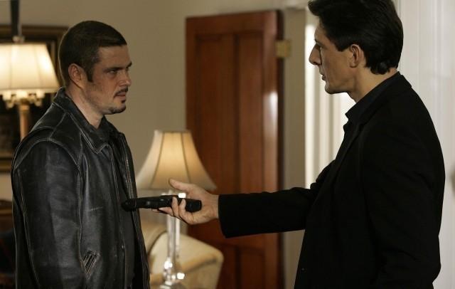 (左から)トニー・アルメイダ役のカルロス・ バーナード、デイヴィッド・エマーソン役の ピーター・ウィングフィールド