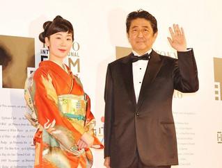 安倍晋三内閣総理大臣と フェスティバル・ミューズを務めた黒木華「アズミ・ハルコは行方不明」