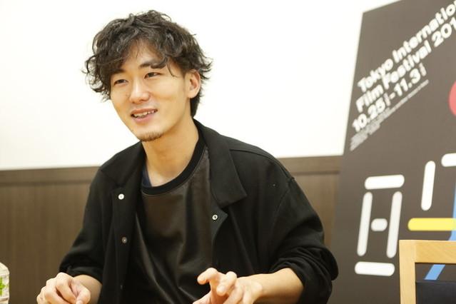 インタビュー中の松居大悟監督