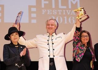 東京グランプリを受賞したクリス・クラウス監督(中央)「ブルーム・オブ・イエスタディ」