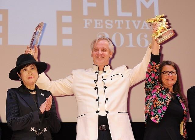 東京グランプリを受賞したクリス・クラウス監督(中央)