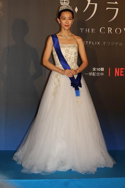 総額約1億1千万円というティアラ&ドレスで登場