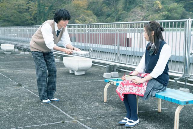 山崎賢人が川口春奈に猛アプローチ!「一週間フレンズ。」一途な恋を切り取った場面写真 - 画像1