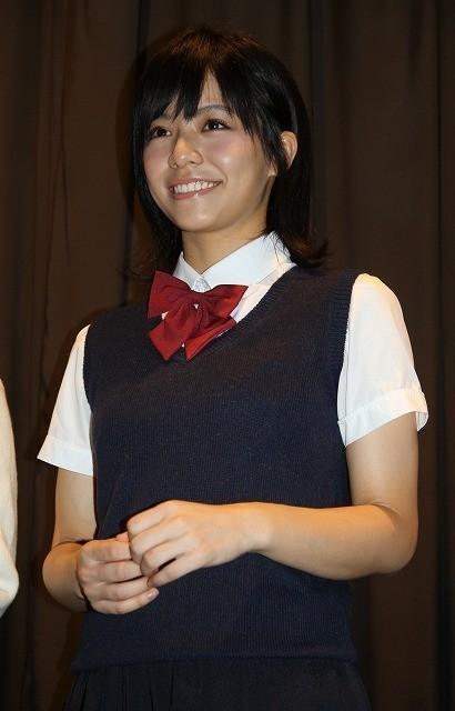 学生服姿で登場したビビアン・ソン