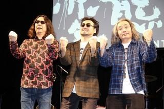 取材に応じた(左から)みうらじゅん、前野健太、安齋肇「変態だ」