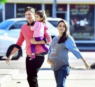 今度は男の子!ミラ・クニス&アシュトン・カッチャー夫妻に第2子誕生