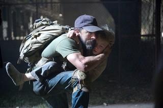 シャイア・ラブーフ主演「マン・ダウン」、迫力の銃撃&爆破シーンとらえた予告編が完成!