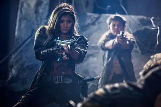 ローラがミラ・ジョボビッチに銃を向ける!「バイオ」完結編、緊迫の初登場シーン