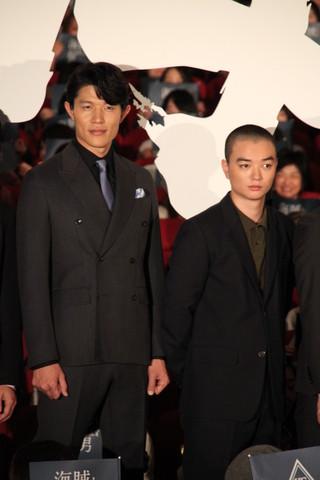 撮影中に岡田准一から隠し撮りされた 鈴木亮平(左)と染谷将太「海賊とよばれた男」