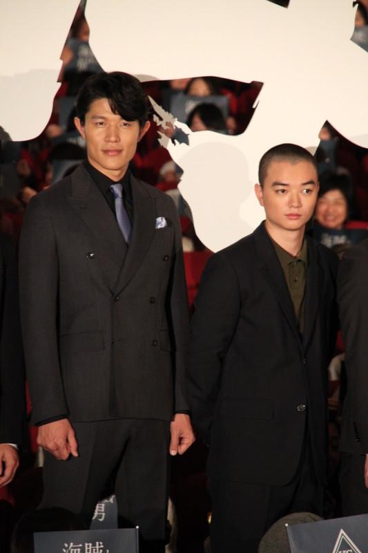 撮影中に岡田准一から隠し撮りされた 鈴木亮平(左)と染谷将太