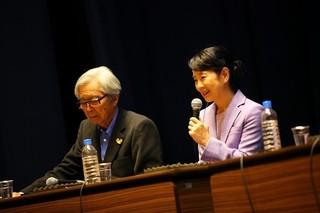 山田洋次監督(左)と吉永小百合 が長崎国際会議に出席「母と暮せば」