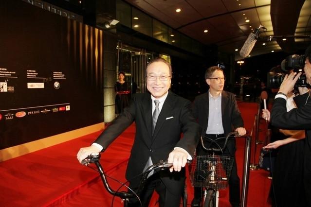 小日向文世&矢口史靖監督が自転車 に乗りレッドカーペットに参加!