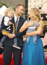ライアン・レイノルズ、ハリウッド殿堂入り式典に家族そろって出席