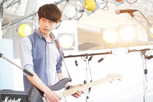 坂口健太郎がギターをかき鳴らす!「君と100回目の恋」劇中カット公開