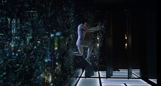 スカーレット・ヨハンソンが「攻殻機動隊」名シーンを再現!ハリウッド版、迫力の場面写真披露