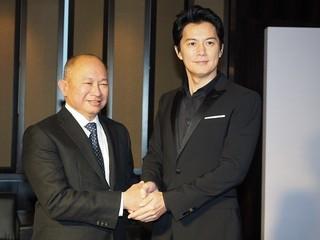 福山雅治が北京で会見、ジョン・ウー監督の「白い鳩」演出に感激!