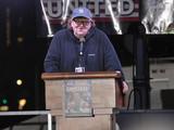 マイケル・ムーア、トランプ大統領就任式直前に反対集会 NYにデ・ニーロらセレブ集結