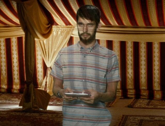 """ベン・ウィショーが""""ホログラム姿""""で出現!「王様のためのホログラム」本編映像"""