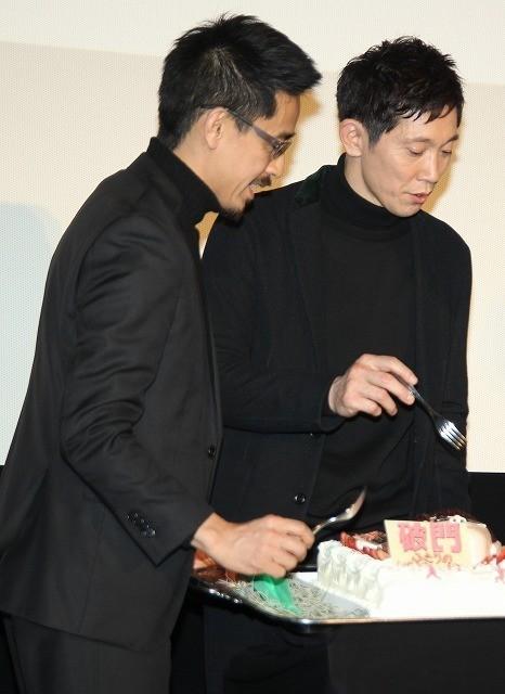 佐々木蔵之介、バースデーケーキのサプライズに感激!関ジャニ横山が「あ~ん」で祝福 - 画像3