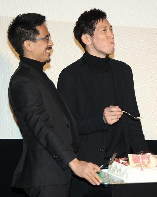 佐々木蔵之介、バースデーケーキのサプライズに感激!関ジャニ横山が「あ~ん」で祝福 - 画像4