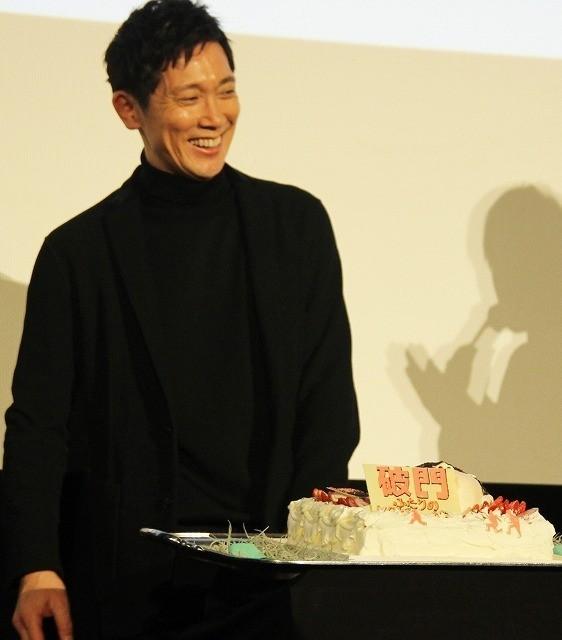 サプライズケーキを前に照れ笑いを 浮かべる佐々木蔵之介