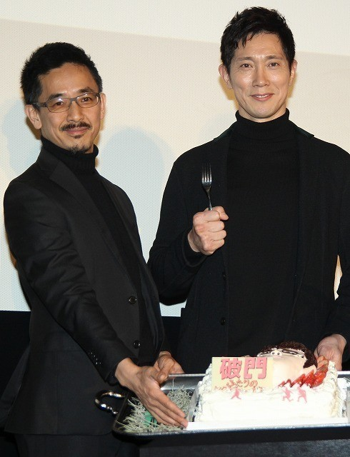 佐々木蔵之介、バースデーケーキのサプライズに感激!関ジャニ横山が「あ~ん」で祝福 - 画像2
