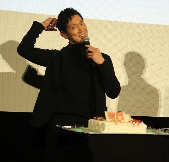 佐々木蔵之介、バースデーケーキのサプライズに感激!関ジャニ横山が「あ~ん」で祝福 - 画像1