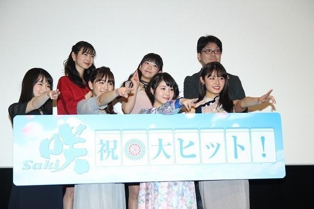 スパガ浅川梨奈、軽快セールストークで「咲」グッズを猛アピール 浜辺美波は爆笑