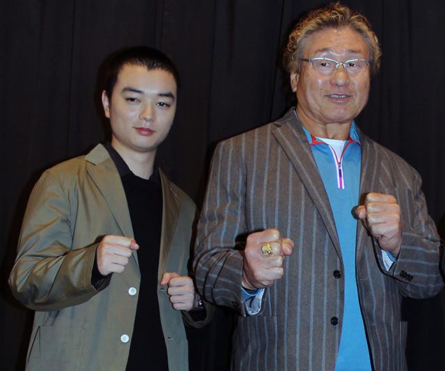 舞台挨拶に立った 天龍源一郎と染谷将太