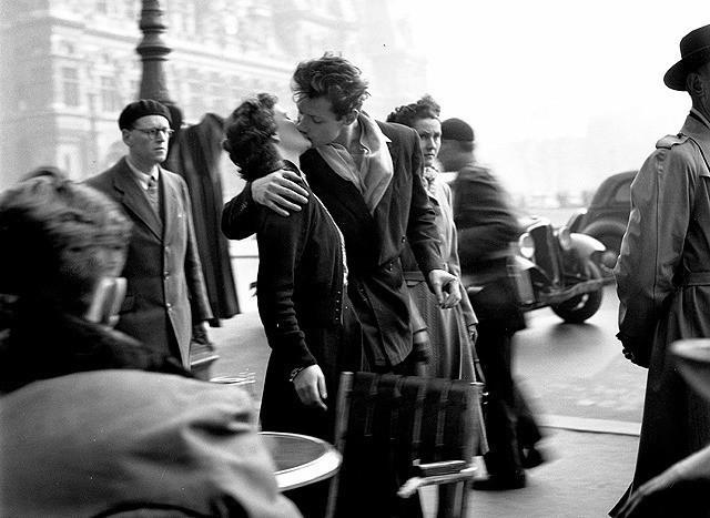 ドアノーの代表作「パリ市庁舎前のキス」
