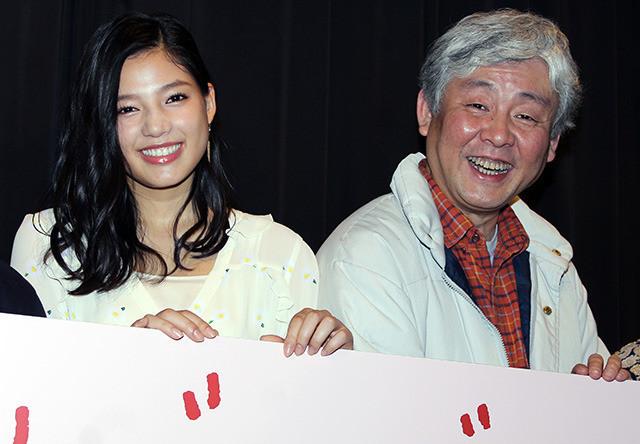 舞台挨拶を盛り上げた柳家喬太郎と 「E-girls」の石井杏奈
