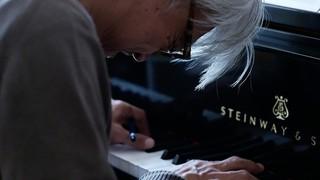 """坂本龍一追うドキュメンタリー11月に公開 全てさらけ出した""""最終楽章""""の序曲"""