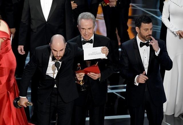 受賞結果の入った封筒を渡す際にミス