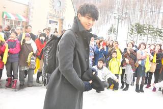 雪の中大声援で迎えられた斎藤工「おかえり」
