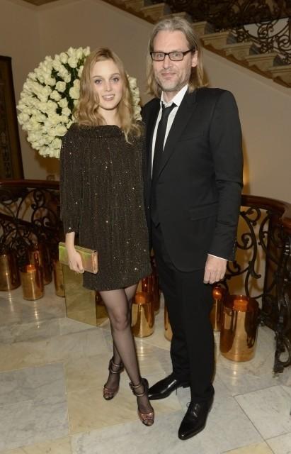29歳のベラ・ヒースコートと 49歳のアンドリュー・ドミニク
