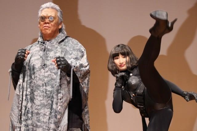 武田はセクシーな衣装で登場