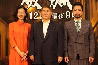 会見したビートたけし(中央)と 共演の山田孝之、吉田羊「白夜行」