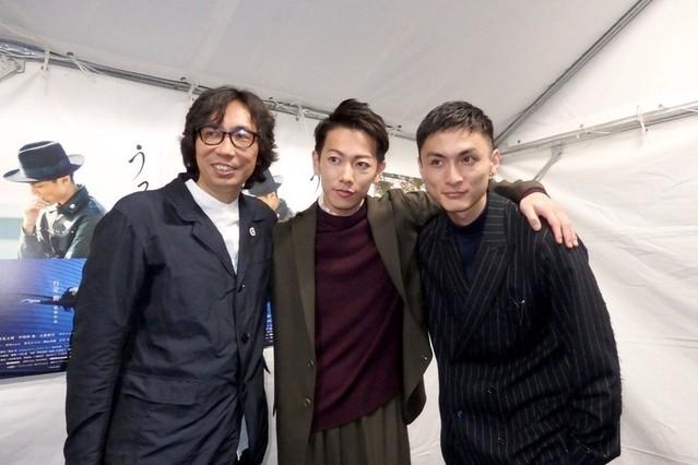 くまもと復興映画祭に出席した高良健吾(右)、 佐藤健、ディレクターの行定勲監督
