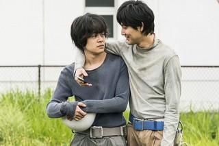 池松壮亮&松田龍平が作業着姿で肩を組む 石井裕也監督作の新場面写真披露