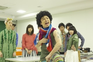 浜野謙太がアフロヘアの超個性的キャラに!「笑う招き猫」場面写真を独占入手