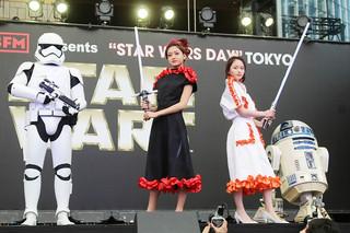 山本舞香&池田美優、スター・ウォーズ特別ドレスでポーズ!Flower登場に爆発的歓声も